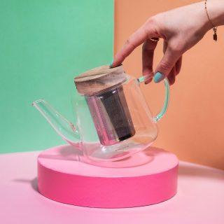 La petite théière en verre qui a tout pour plaire ! ⠀⠀⠀⠀⠀⠀⠀⠀⠀ ⠀⠀⠀⠀⠀⠀⠀⠀⠀ Avec sa capacité de 680ml et son verre borosilicate c'est l'incontournable pour bien déguster son thé 🍃⠀⠀⠀⠀⠀⠀⠀⠀⠀ ⠀⠀⠀⠀⠀⠀⠀⠀⠀ Saviez-vous qu'il faudrait préparer ses thés, d'origines différentes, dans des théières distinctes ? Surtout si vous utilisez des théières dites