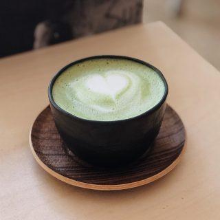 C'est reparti ! ⠀⠀⠀⠀⠀⠀⠀⠀⠀ Lundi c'est green energy 💚⠀⠀⠀⠀⠀⠀⠀⠀⠀ ⠀⠀⠀⠀⠀⠀⠀⠀⠀ Dans le Feng Shui, le vert est synonyme de croissance, de jeunesse et de renouveau. Grâce à cette couleur, vous pouvez obtenir plus de créativité. Le vert est associé au 4ème chakra, celui du cœur. ⠀⠀⠀⠀⠀⠀⠀⠀⠀ Alors cette semaine on voit la vie en vert, on recherche l'harmonie et la concentration que peut apporter cette couleur 💚💚⠀⠀⠀⠀⠀⠀⠀⠀⠀ ⠀⠀⠀⠀⠀⠀⠀⠀⠀ #monday #morning #coffee #butfirstcoffee #goodmorning #newweek #latteart #barista #color #goodvibes #coffeelover #coffeeshop #creation #art #motivation #pinkvibes #kalkcoffeeshop #paris #yummy #work #matcha #greenlife #energy