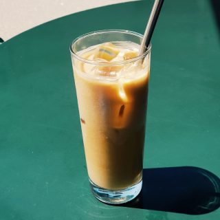 Dimanche au soleil. Iced latte dans le verre ☀️⠀⠀⠀⠀⠀⠀⠀⠀⠀ Et si il se met à pleuvoir on le prend en version chaude ☔⠀⠀⠀⠀⠀⠀⠀⠀⠀ Bientôt la réouverture des terrasses pour pouvoir les consommer sur place 🎉 ⠀⠀⠀⠀⠀⠀⠀⠀⠀ ⠀⠀⠀⠀⠀⠀⠀⠀⠀ Et vous ? quelle version est votre préférée ? ⠀⠀⠀⠀⠀⠀⠀⠀⠀ ⠀⠀⠀⠀⠀⠀⠀⠀⠀ #sunday #coffee #butfirstcoffee #coffeelover #morning #goodvibes #weekend #chill #art #creation #coffeeshop #paris #feelgood #coffeetime #enjoy #kalkcoffeeshop #color #colorful #goodmood #parisianlife #style #paper #lover #sun